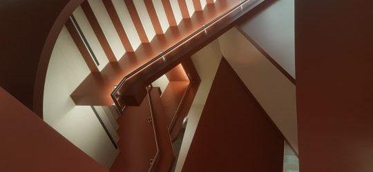 Treppenhaus mit Stahlwangen von oben