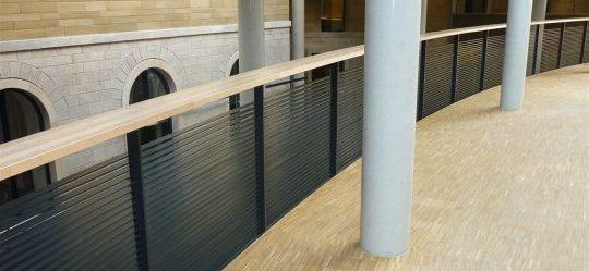 Stahlgeländer, gebogen mit Holzhandlauf