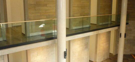 Stahlgeländer mit Glasfüllung und Holzhandlauf
