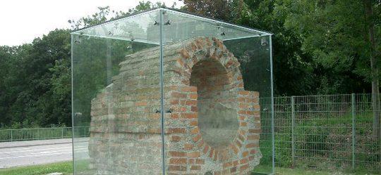 Glaseinhausung mit Edelstahlsockel