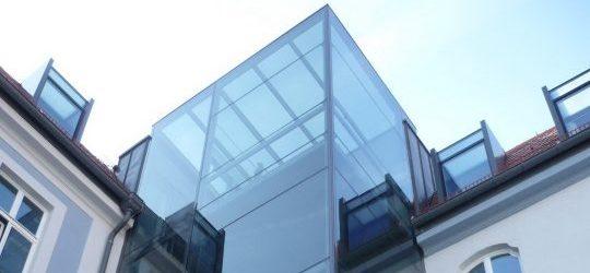 Glaseinhausung für Personenaufzug. Stahlkonstruktion mit Glas